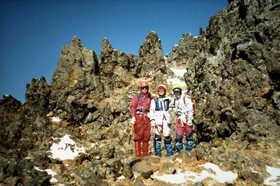 19830102-八が岳中山尾根のトサカを背に.JPG