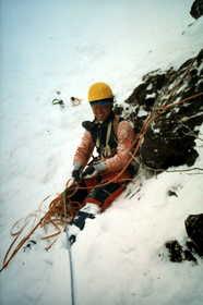 19840101-吹雪の中のビレイも苦になりません.JPG