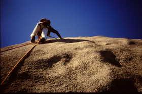 19840922-仁寿峰のスラブを登る.JPG