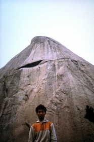 19840922-仁寿峰の巨大な岩壁を背に.JPG