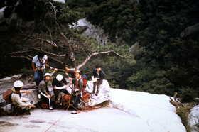19850920-ビレイ点で多数の韓国人クライマーと混じって.JPG