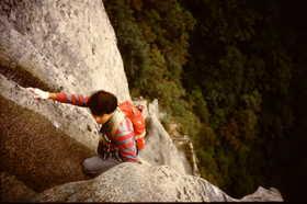 19850920-仁寿峰のクラックを登る.JPG