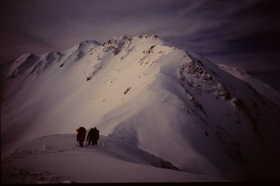 19851221-岳沢を抜けると仙丈岳への長い稜線.JPG