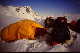 19851221-稜線でのビバーク.JPG