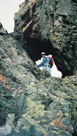 19971017-憧れの鋸岳鹿の穴を通る.jpg